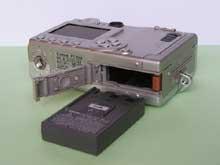 Kryt baterie u Canon Ixus 430 je na rozdíl od zbytku těla plastový