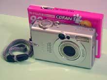 Srovnání velikosti Canon Ixus 430 a tenká audiokazeta