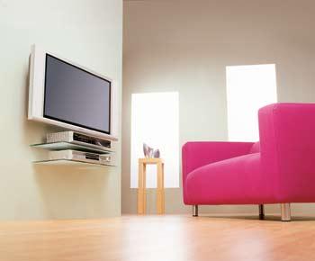 Televizory umístěné na stěně snad dokonce i ve správné výši... Vše dotváří zajímavě umístěné komponenty domácího kina.