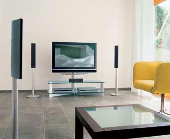 Různé podoby podlahových stojanů plochých televizorů. V prvním případě (Sony) vynikne televizor zvláště jako solitér, v druhém naopak jeho štíhlost a zdánlivá subtilnost (Panasonic).