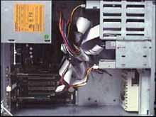 Rozmístění kabelů ve skříni s klasickým Parallel ATA