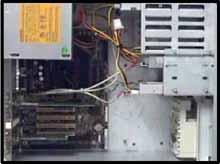 Rozmístění kabelů ve skříni s rozhraním Serial ATA