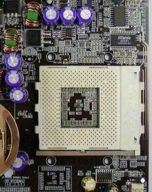 Některé kondenzátory jsou až moc blízko patice procesoru