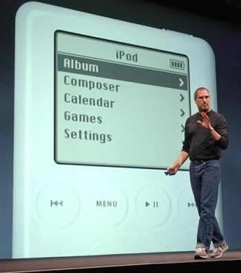 Steve Jobs představuje veřejnosti první iPod