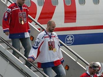 Hokejisté vystupují z letadla