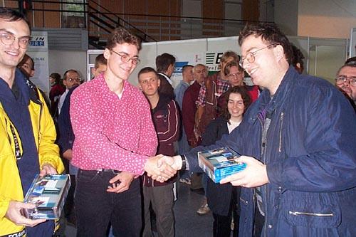 Patrick Zandl gratuluje úspěšným programátorům