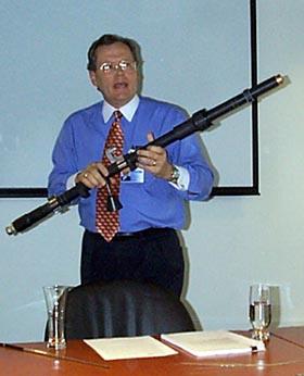 Ed Kingman drží v ruce vyzařovací kabel