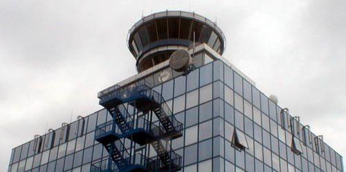 Věž na letišti s BTSkami