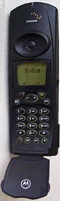 Iridium telefon s otevřeným flipem