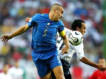 Itálie - USA: Cannavaro bojuje s Donovanem