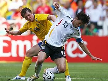 Německo - Švédsko: Ballack (vpravo) a Källström