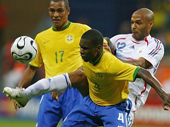 Brazílie - Francie: zleva Gilberto Silva, Juan a Henry