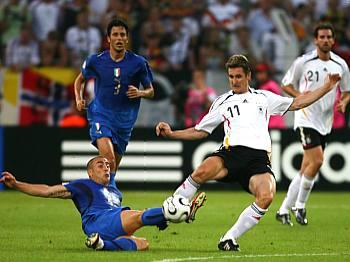 Německo - Itálie: Klose (vpravo) a Cannavaro