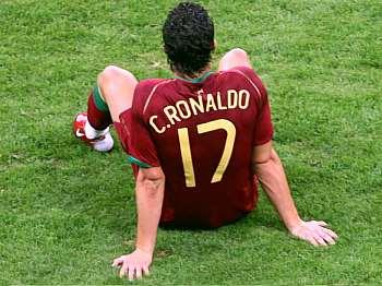 Cristiano Ronaldo sedí na trávníku