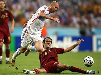 Portugalsko - Francie: Carvalho (na zemi) a Zidane