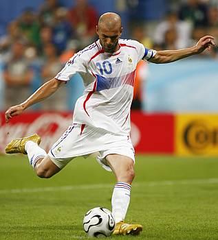 Zinedine Zidane střílí gól z penalty