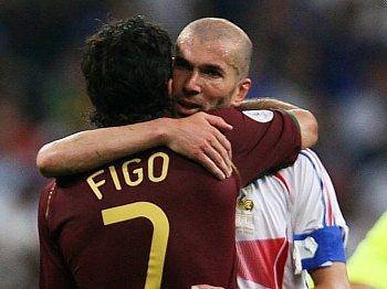Luis Figo a Zinedine Zidane se zdraví po zápase