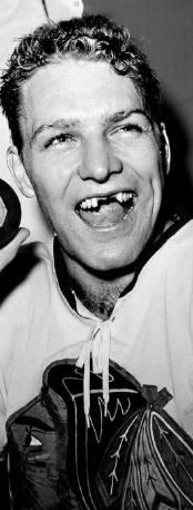 OTEC. Bobby Hull, vynikající střelec a plavovlasá hvězda Chicaga.