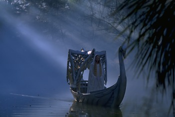 �esk� premi�ra     10. ledna 2002 vtrhl sv�tov� hit do kin �esk� republiky v dev�tadvaceti kopi�ch, co� je n�por srovnateln� jen s n�stupem Tmavomodr�ho sv�ta �i Pearl Harboru. Uveden� filmu do �esk�ch kin doprov�z� stylov� akce nazvan� Dny s P�nem prsten�. �erm��i a �ern� jezdci p�iv�taj� div�ky v pra�sk�ch multikinech v Hostiva�i (11. 1.) a na Nov�m Sm�chov� (12. 1.). V ned�li se akce p�esune do multikina Velk� �pal��ek v Brn�. Sou�asn� je k dost�n� nov� vyd�n� p�edlohy, prvn�ho d�lu Tolkienovy trilogie s podtitulem Spole�enstvo Prstenu. Vy�la hudebn� nahr�vka k filmu. V prodeji jsou tri�ka, sb�ratelsk� karty, samolepky. Ale tak� s�rie hra�ek po��naje postavi�kami hlavn�ch hrdin� a kon�e figurkou �ern�ho jezdce: zat�hnete za uzdi�ku a o�i kon� se �erven� rozblikaj�.     Nicm�n� velk� obchod spojen� s ochrannou zn�mkou filmu u� se stal i p�edm�tem neleg�ln�ch obchod�. Prvn� ��nik� nastal hned v den americk� premi�ry, je�t� p�ed V�nocemi; vz�p�t� se pir�tsk� kopie sn�mku objevily v Malajsii a jejich stopu u� zachytili z�stupci spole�nosti Warner Bros. i v tuzemsku. Ch�pou pr� dychtivost skaln�ch fanou�k�, kte�� �sv�ho� P�na prsten� cht�j� m�t pro sebe a mezi prvn�mi nehled� na kvalitu, av�ak pro �et�zov� �ern� obchod u� porozum�n� nemaj�. Varuj�, �e tentokr�t budou tvrd�!      Fotografie z filmu P�n prsten� I.     Fotografie z filmu P�n prsten� I.     Fotografie z filmu P�n prsten� I.     Fotografie z filmu P�n prsten� I.     Fotografie z filmu P�n prsten� I.     Fotografie z filmu P�n prsten� I.     Fotografie z filmu P�n prsten� I.     Fotografie z filmu P�n prsten� I.     Film P�n prsten�: Spole�enstvo prstenu z�skal celkem t�in�ct oscarov�ch nominac�.     Fotografie z filmu P�n prsten� I.     Trpasl�k Gimli v doprovodu hobit� - fotografie z filmu P�n prsten� I.     Fotografie z filmu P�n prsten� I.     Fotografie z filmu P�n prsten� I.     Elfsk� princezna Arwen (Liv Tylerov�) zachra�uje zran�n�ho hobita Frodo Pytl�ka (Elijah Wood) p�ed �ern�mi jezdci - fotograf