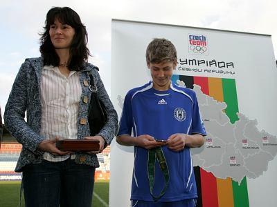 Pražskou olympijskou kandidaturu včera podpořila i Olomouc, kde by se měly hrát zápasy fotbalového turnaje. a snímku z oficiální prezentace je atletka Šárka