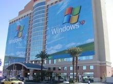 Reklamou na Windows XP oblepeny hotel pred vystavistem
