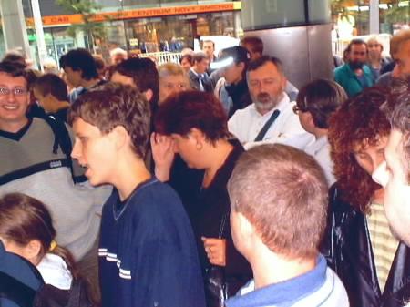 Shluk lidí před obchodem