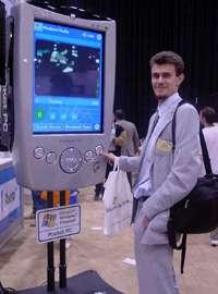 Bohouš u velké makety nového ultra-levného DELL Pocket PC