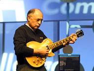 Rockový kytarista a šéf AMD Hector J. De Ruiz při svém vystoupení