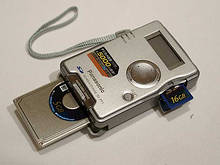 Vystavovaná databanka SV-PT1 s 'umělou' 16GB SD kartou - foto (c) Chip.de