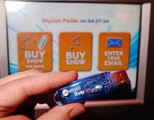 Živá hudba na USB klíčence z automatu