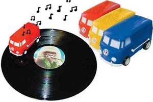 Přehrávač vinylových desek v podobě modelu dodávky VW