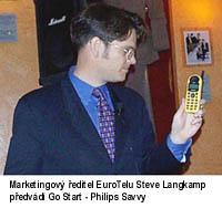 marketingový šéf eurotelu si zálibně prohlíží philips savvy